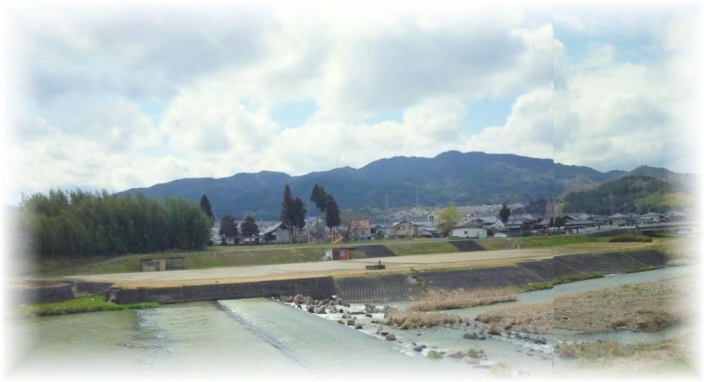 貴生川駅側の仙川見た飯道山